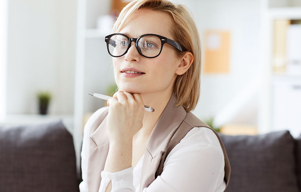 Mujer pensando en contratar los servicios de carpintería